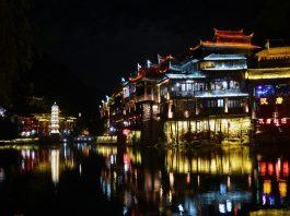 Phượng Hoàng cổ trấn khi đêm đến