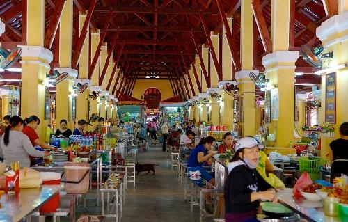 bên trong chợ Hội An