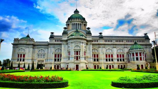 •Cung điện Ananta Samakhom